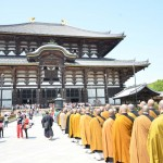大仏殿へと続く僧侶の列