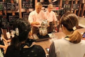 参加者の中にはプロの料理研究家の方もいらっしゃり、逐一メモを取りながら熱心に説明をご覧になっていました。